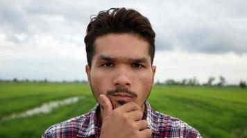 close-up do rosto de um homem olhando para a câmera no parque