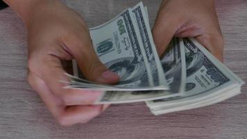 mano conta denaro bancario.