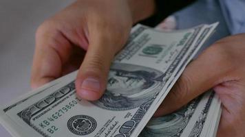 mano cuenta el dinero del banco.