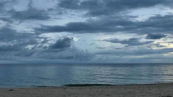 Vista del mar y el cielo en Tailandia en la playa
