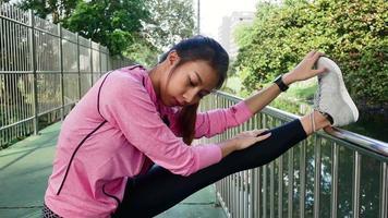 fitness esporte menina moda sportswear fazendo exercícios de ioga fitness na rua. video