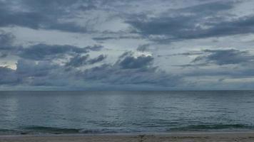 voir les vagues de la mer sur la plage