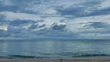 vagues de la mer sur la plage avec le ciel en thaïlande
