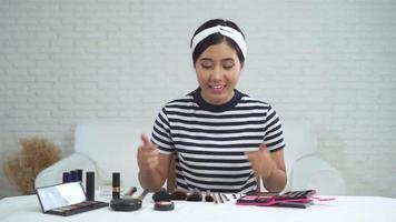 blogger di bellezza presenta cosmetici di bellezza mentre è seduto davanti alla fotocamera per registrare video. video