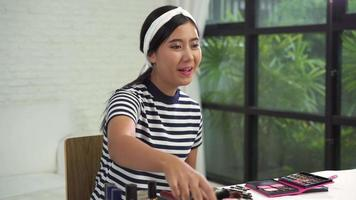 blogueira de beleza apresenta cosméticos de beleza sentado na frente da câmera para gravar vídeo. video