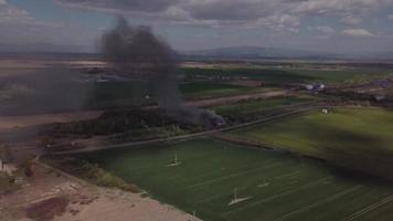 drone volando hacia un fuego en 4k video