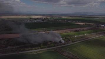 drone volando alrededor de un fuego en 4k