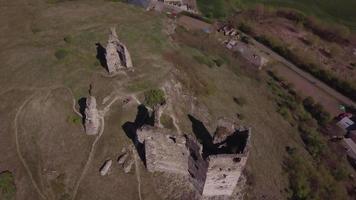 drone orbitando as ruínas do antigo castelo em 4k video
