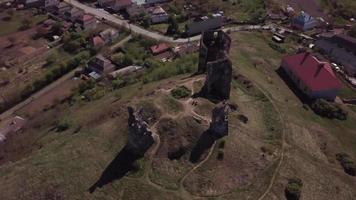 drone orbitando las ruinas del antiguo castillo en 4k