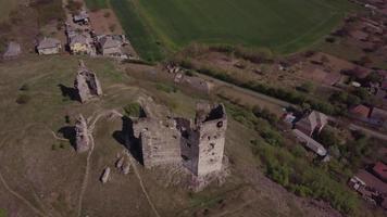 drone in orbita attorno alle rovine del vecchio castello in 4K video