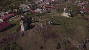 drone volando desde las ruinas del antiguo castillo y una iglesia en 4k