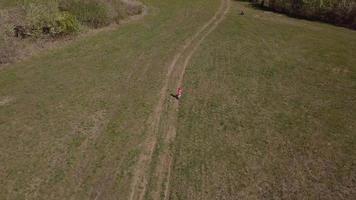 drone segue una ragazza in bicicletta in 4K
