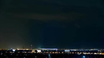 Zeitrafferbeleuchtung Bolzen auf schwere Sturm bewölkte Nacht am Flughafen