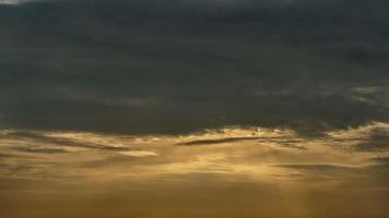 nascer do sol e céu nublado amarelo video