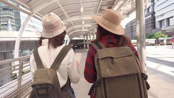 rallentatore - viaggiatore zaino in spalla donne asiatiche coppia lesbica lgbt viaggio a bangkok, thailandia.