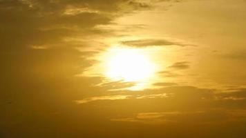 lever du soleil et ciel jaune nuageux video