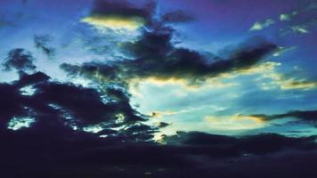 tramonto di lasso di tempo con cielo nuvoloso blu e giallo