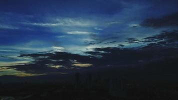 alba di lasso di tempo con cielo nuvoloso blu e giallo