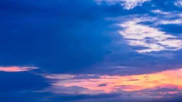 Zeitraffer Sonnenaufgang mit bewölktem blauem und gelbem Himmel