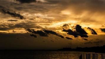 Zeitraffer Sonnenuntergang bewölkter gelber Himmel
