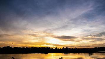 Time lapse lever du soleil avec ciel bleu et jaune nuageux