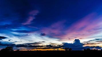 Zeitraffer-Sonnenuntergang mit bewölktem blauem und gelbem Himmel