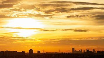 Zeitraffer Sonnenuntergang und bewölkter gelber Himmel