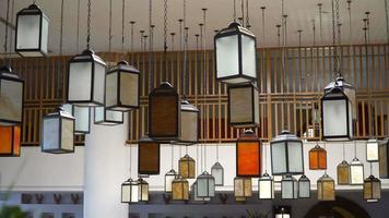 lâmpadas multicoloridas exclusivas no lobby do hotel