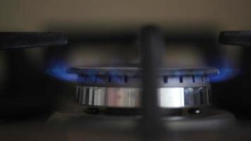 inflamação do gás natural no queimador do fogão, vista de perto