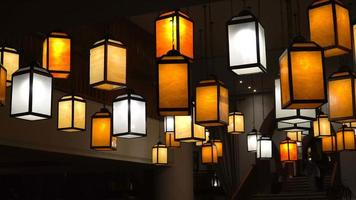 Lámparas multicolores de luz nocturna en el vestíbulo del hotel.