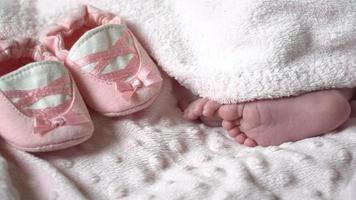 Nahaufnahme der Füße eines Neugeborenen. Nahaufnahme der Beine eines kleinen Kindes