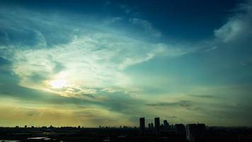 lapso de tempo nascer do sol nublado céu azul e amarelo