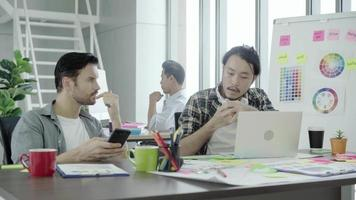 agrupe a jóvenes compañeros de trabajo juntos discutiendo proyectos creativos durante el proceso de trabajo colegas modernos en ropa casual elegante trabajando mientras pasan tiempo en la oficina.