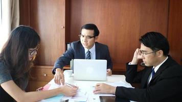 homens e mulheres de negócios em uma discussão séria sobre uma mesa em uma reunião. video