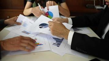 homens e mulheres de negócios envolvidos em uma discussão séria sobre uma mesa em uma reunião. video