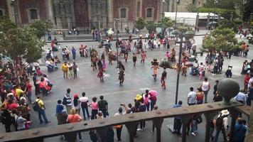Bailarines aztecas en el Zócalo, la plaza principal de la Ciudad de México. video