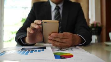 empresário fazendo análise, planejamento de projeto de negócios no escritório. video