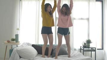 Lesben glückliches Paar oder Freundinnen tanzen zu Streaming-Musik mit wildem Spaß.