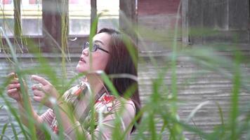 mujer caminando por el jardín. video