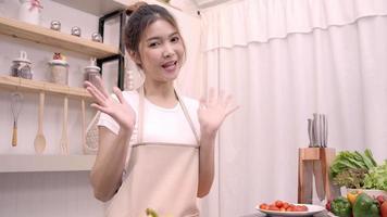las mujeres usan verduras orgánicas preparando ensalada para un cuerpo en forma en casa. video