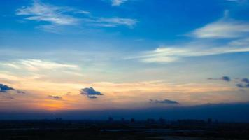 lapso de tempo pôr do sol nublado céu azul e amarelo video