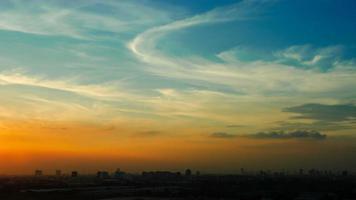 lapso de tempo pôr do sol nublado céu azul e amarelo