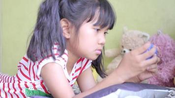 menina jogar videogame na sala de estar.