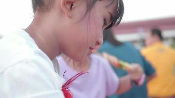 Aziatische kinderen meisje eten Japanse sushi roll met stokjes.