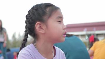 klein schattig meisje barbecue shashlik op een spies.