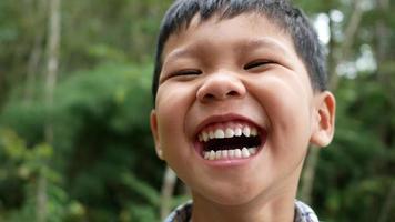 Cerca de la cara de un niño riendo