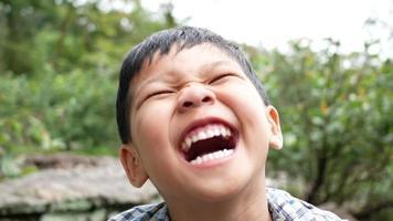 Cerca de una cara de niños riendo después de escuchar una broma video