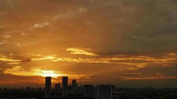 time lapse lever du soleil nuageux ciel bleu et jaune video