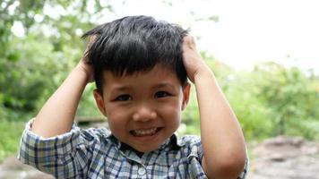 Cerca de la cara de un niño riendo mientras escucha una broma