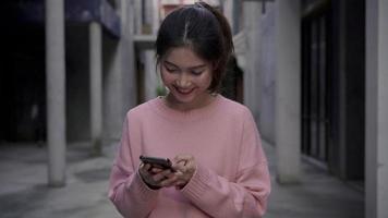 alegre mujer asiática mochilero blogger con smartphone para dirección.